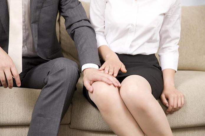 女性の太股に手を伸ばす男性