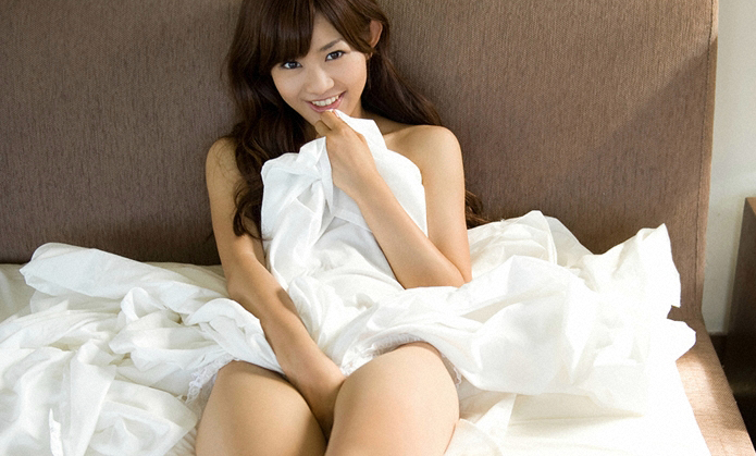 ベッドであそこを手で隠す女性