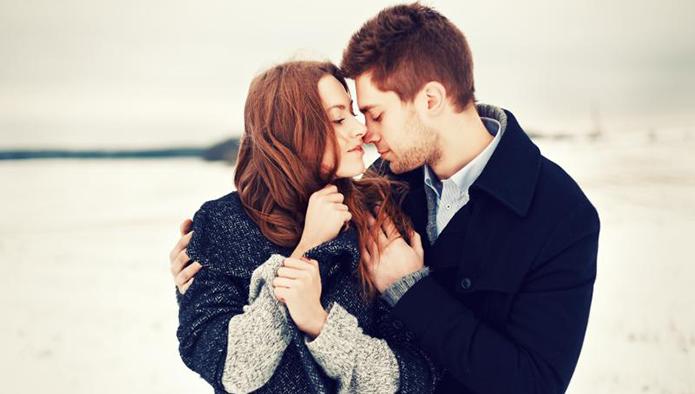 キスをする一歩手前の外国人カップル