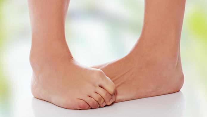 かゆさに耐える女性の足