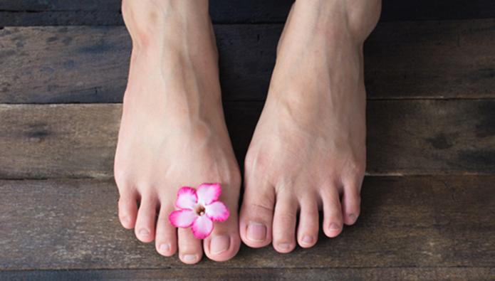 花を乗せた女性の足