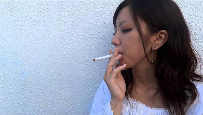 煙草を吸う女性