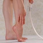 足にかけ湯をする女性