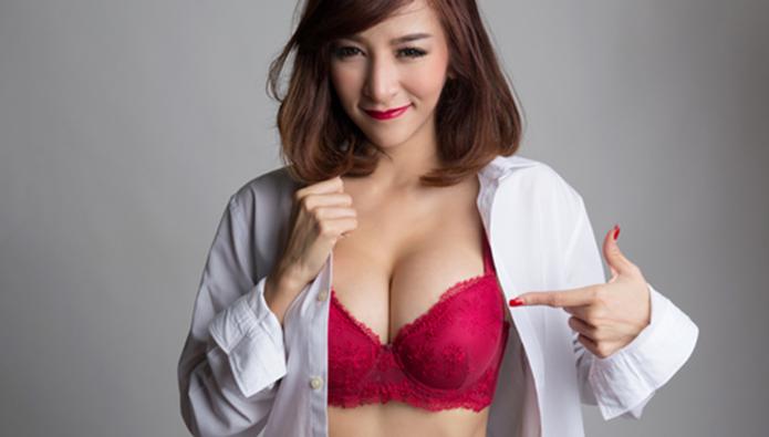 乳首周辺を指さす女性