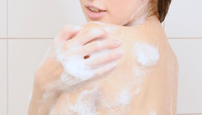 お風呂で身体を洗う女性